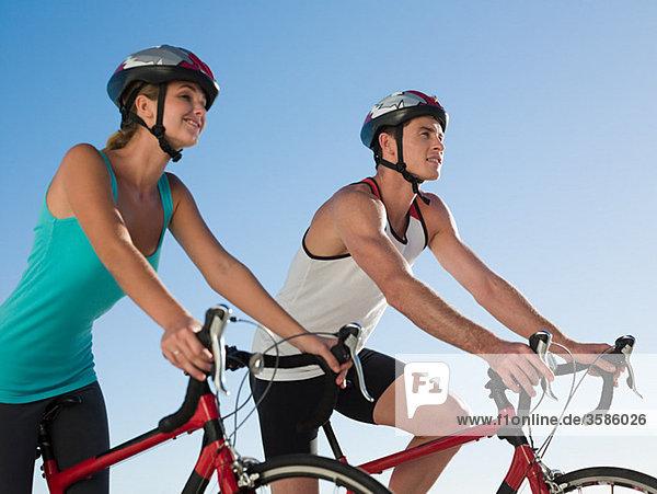 Junges Paar beim Radfahren