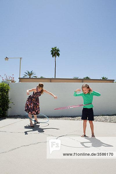 Mutter und Tochter mit Hoola hoops
