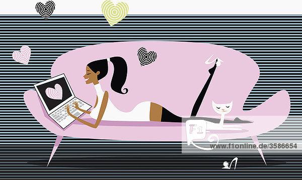 Herzen umgeben Frau mit Laptop auf einem Sofa