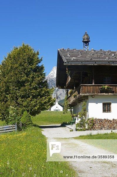 Bauernhof und Kirche  Pertisau  Tirol  Österreich  Europa
