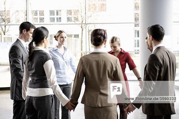 Gruppe von Geschäftsleuten im Kreis