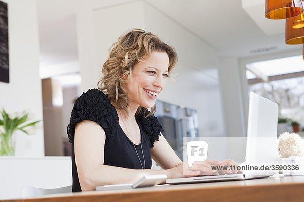 Frau bei der Arbeit mit dem Laptop