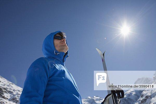 Mann mit Langlaufski im Winter