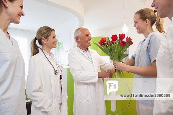 Medizinisches Team dankt dem Arzt