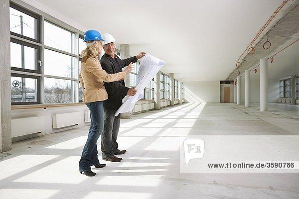 Zwei Architekten untersuchen Bürogebäude