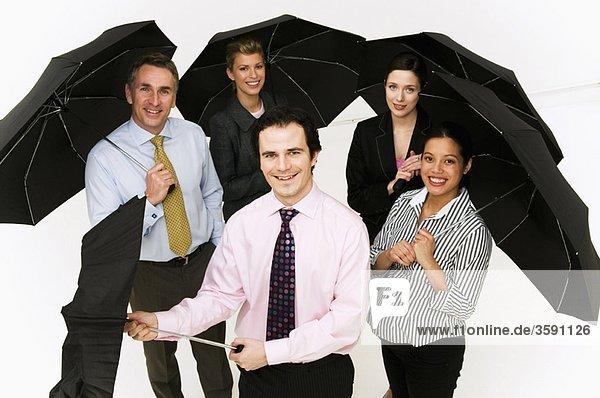 Gruppe von Geschäftsleuten mit Regenschirmen