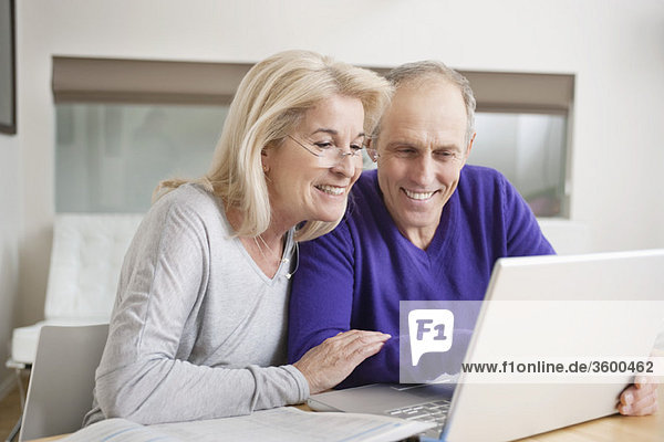 Paar mit einem Laptop