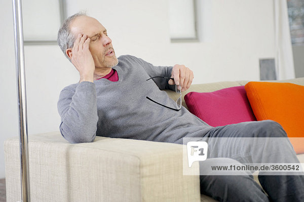 Mann mit Kopfschmerzen