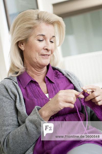Nahaufnahme einer strickenden Frau