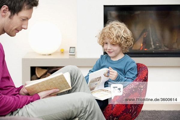 Der Mensch und sein Sohn beim Lesen von Büchern