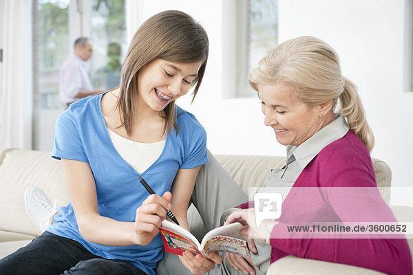 Frau unterrichtet ihre Enkelin