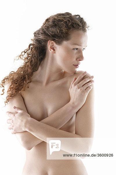 Nackte Frau umarmt sich selbst