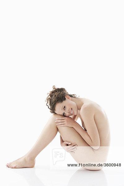 Porträt einer nackten Frau lächelnd