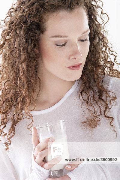 Nahaufnahme einer Frau mit einem Glas Milch