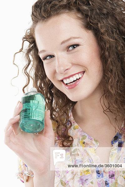 Porträt einer Frau mit einer Flasche Aromatherapieöl