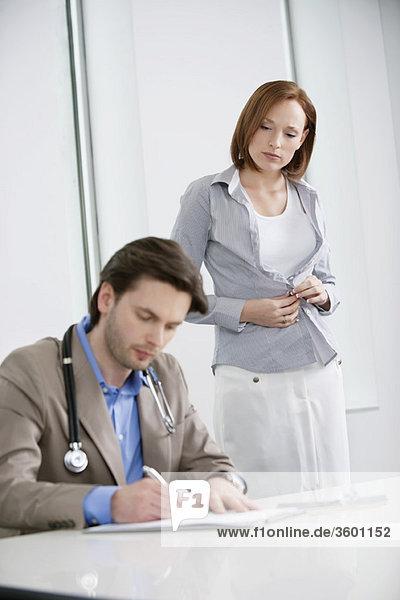 Frau zieht sich nach der Behandlung an