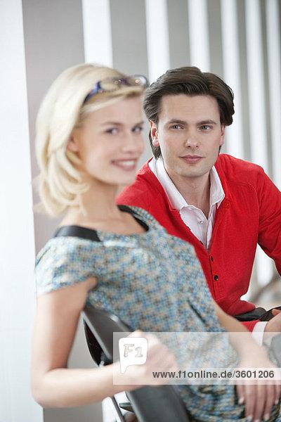 Porträt einer Frau  die mit einem Mann neben sich lächelt