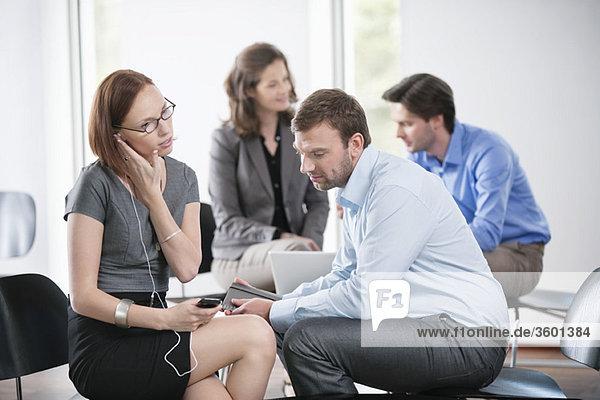Geschäftsfrau beim Hören eines MP3-Players