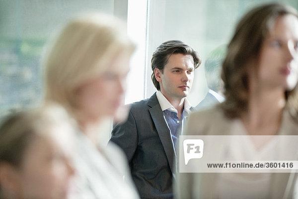 Geschäftsmann im Büro stehend