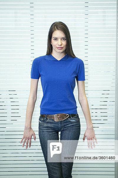 Porträt einer Geschäftsfrau  die in einem Büro steht