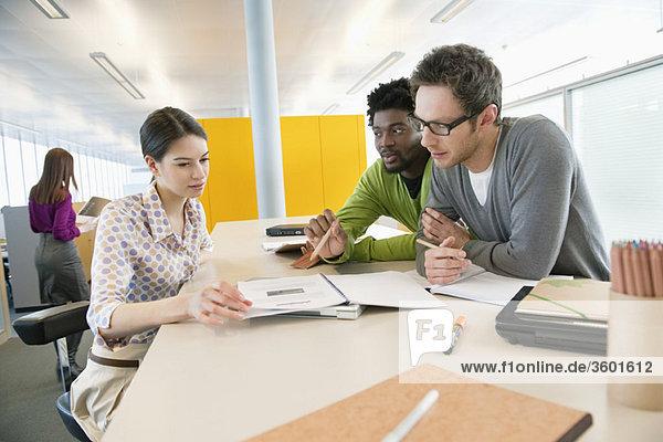 Geschäftsleute  die in einem Büro arbeiten