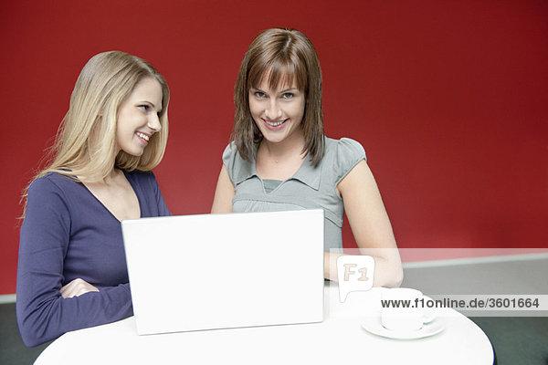 Zwei Geschäftsfrauen mit einem Laptop im Büro