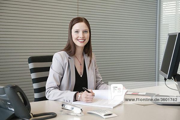Geschäftsfrau  die Papierkram in einem Büro erledigt