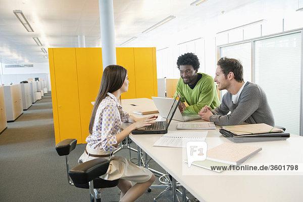 Geschäftsleute mit Laptops im Büro