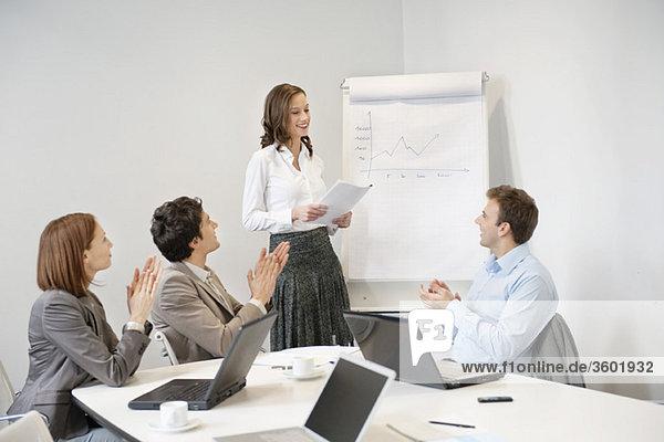 Führungskräfte applaudieren ihrem Kollegen bei der Präsentation der Vorstandssitzung