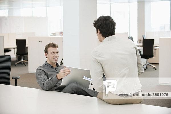Zwei Geschäftsleute  die in einem Büro arbeiten.