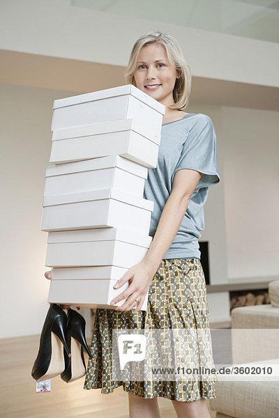 Porträt einer Frau mit Schuhkartons
