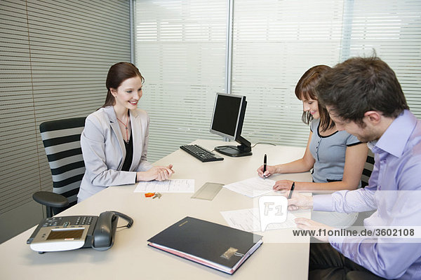 Vertragsunterzeichnung in einem Immobilienmaklerbüro
