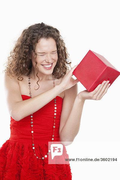 Frau mit einem Geschenk und schielenden Augen