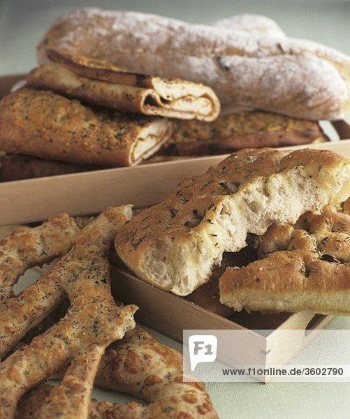 Verschiedene Brotsorten mit Kräutern