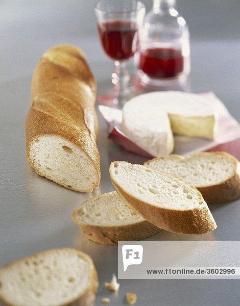 Camembert mit Baguette und Rotwein Camembert mit Baguette und Rotwein