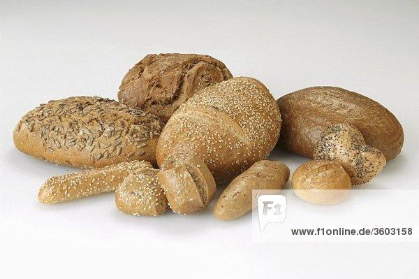 Verschiedene Brote und Brötchen