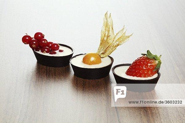 Drei Schoko-Frucht-Törtchen