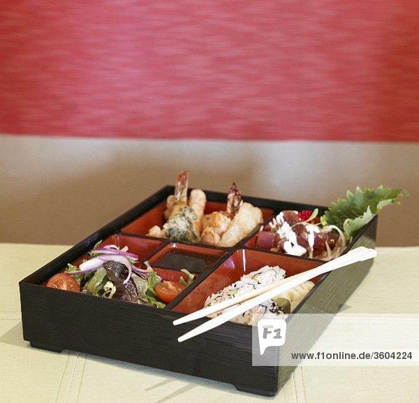 Bento Box mit Sushi und Meeresfrüchten (Japan)
