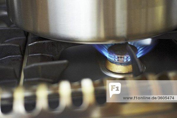Brennende Flamme auf einem Gasherd (Close Up)