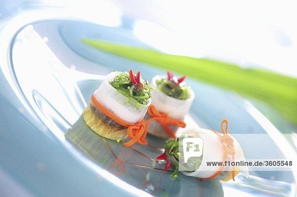 Rettichröllchen mit Tofu mit Wakame gefüllt