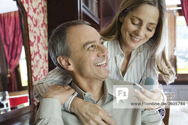 Erwachsenes Paar  Frau bewundert neuen Ring