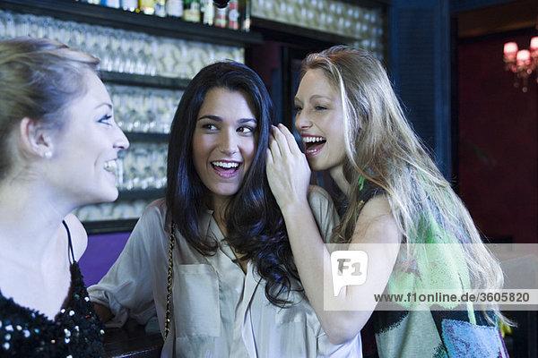Freunde amüsieren sich gemeinsam in der Bar