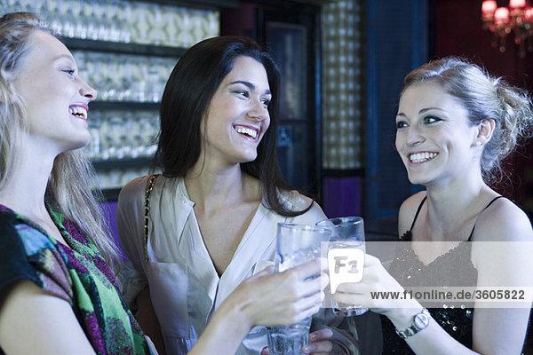 Freunde feiern gemeinsam in der Bar