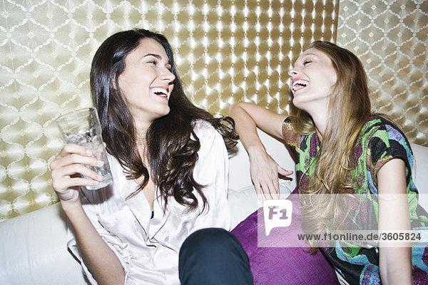 Freunde  die zusammen lachen.