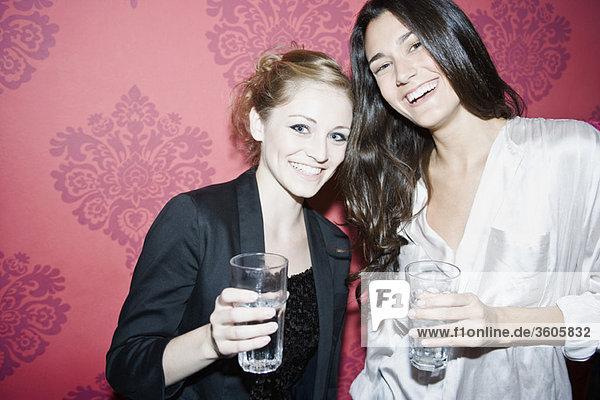 Freunde zusammen im Nachtclub  Portrait