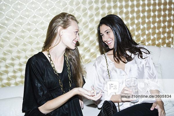 Freunde chatten im Nachtclub