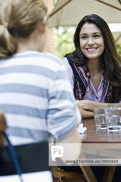 Junge Frau mit Freundin im Café