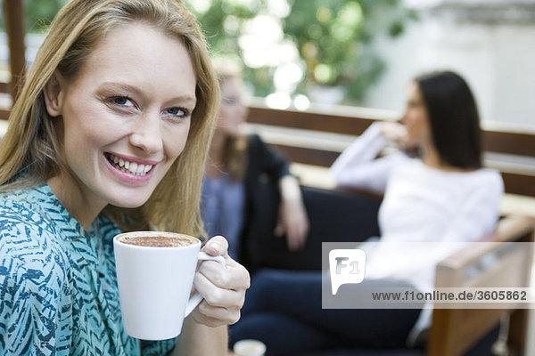 Junge Frau genießt eine Tasse Kaffee  Porträt
