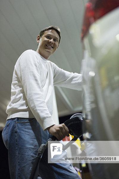 Mann tankt an der Tankstelle