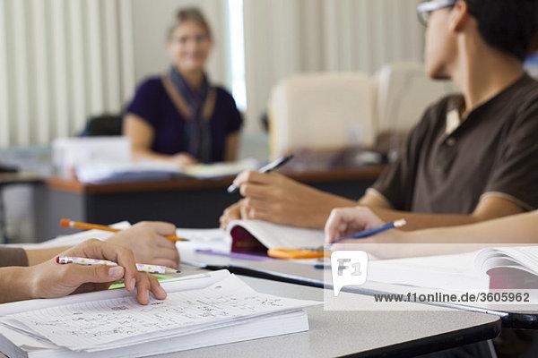 Schülerinnen und Schüler  die Klassenarbeiten absolvieren  beschnitten